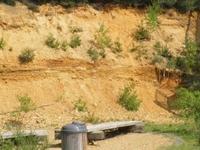 De Geologische wand: De wand van een voormalige grindgroeve toont de geologische