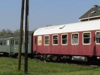 Enkele rijtuigen van de vzw Kolenspoor: In 1999 werd het pand met het beschermd