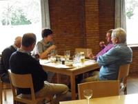 Frieda Brepoels in gesprek met burgemeester Miel Craeghs (roze trui), ere-burgem
