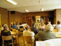 Het publiek luistert aandachtig naar Frieda Brepoels